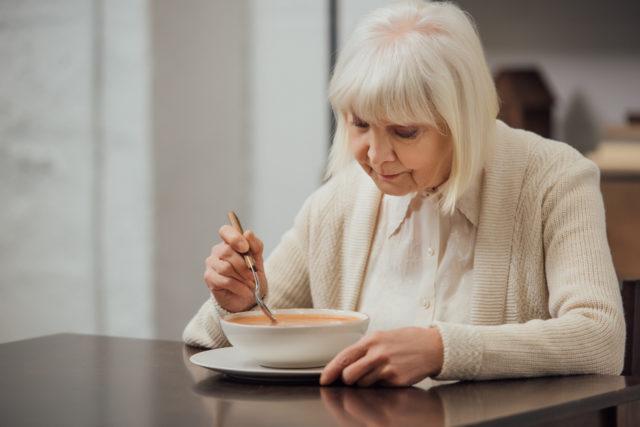 Gdy jedzenie staje się trudne – na co zwrócić uwagę opiekując się chorym z demencją?